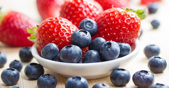 Blackberries, blueberries and strawberries © Tobias Arhelger/Shutterstock.com