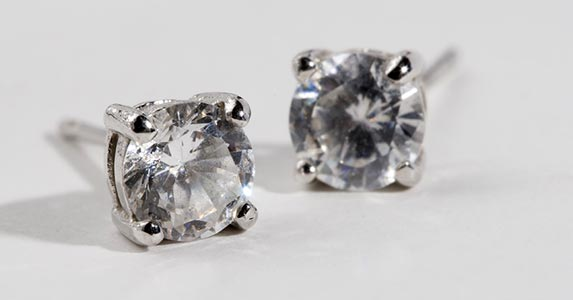 Diamond earrings © Heintje Joseph T. Lee/Shutterstock.com