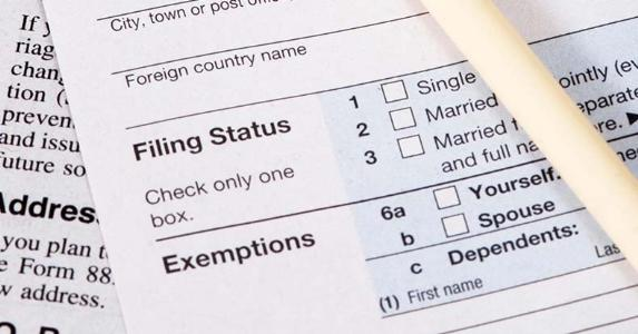 Tax form and pencil, close up on 'Filing Status' and 'Exemptions' © Cris Kelly/Shutterstock.com