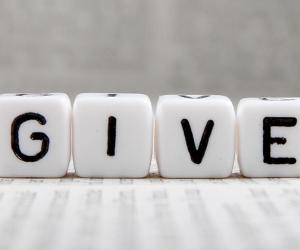 The word 'give' on white cubes © schatzy/Shutterstock.com