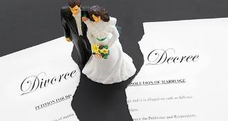 Toy bride and groom with ripped divorce decree © zimmytws/Shutterstock.com