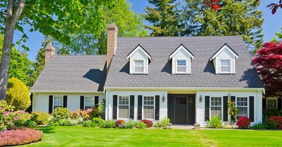 White house with bright yard © romakoma/Shutterstock.com