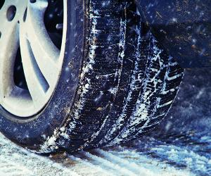 Winter tire on a cold winter day © Juergen Faelchle/Shutterstock.com