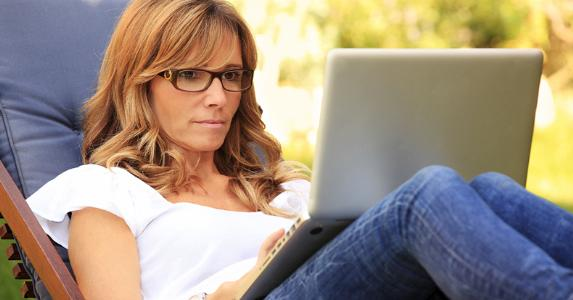 Woman on laptop, outside © kinga/Shutterstock.com