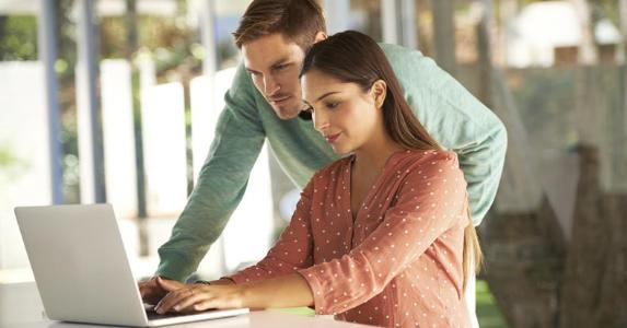Young couple looking at a computer © iStock
