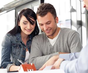 Young couple meeting with an architect © baranq/Shutterstock.com