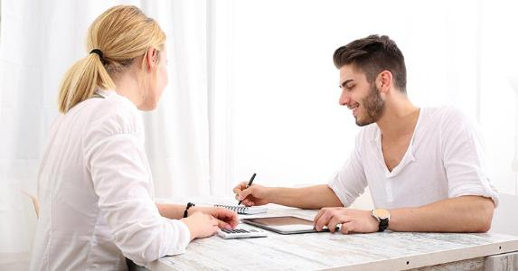 Young couple organizing their finances in white dining room © Spectral-Design/Shutterstock.com