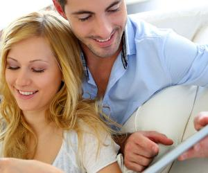Young couple shopping online on a tablet using a credit card © Goodluz/Shutterstock.com