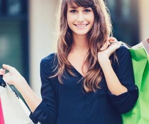Young woman holding many shopping bags © EpicStockMedia/Shutterstock.com